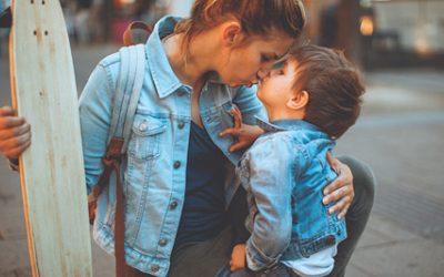 Chica au pair cuidando a un niño y demostrandole cariño