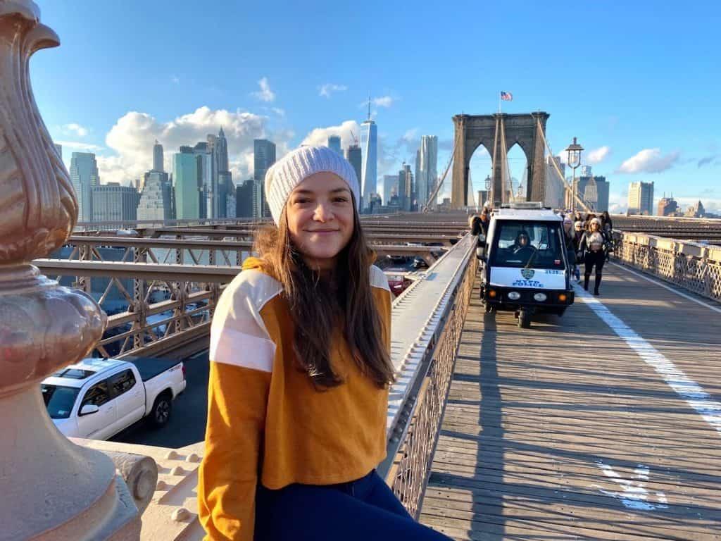 au pair sentada sobre puente en Nueva York