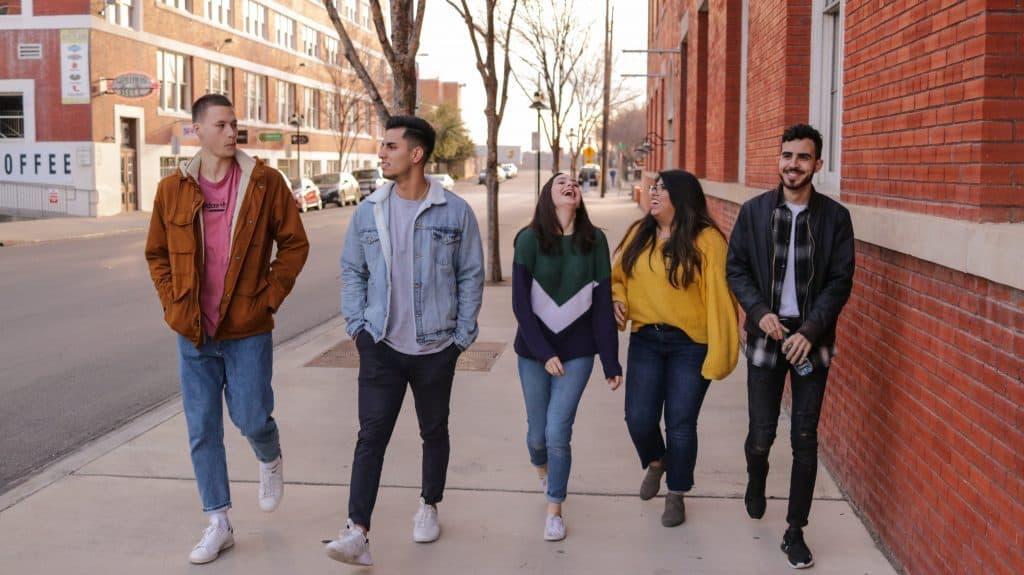 amigos de secundaria caminando y riendose