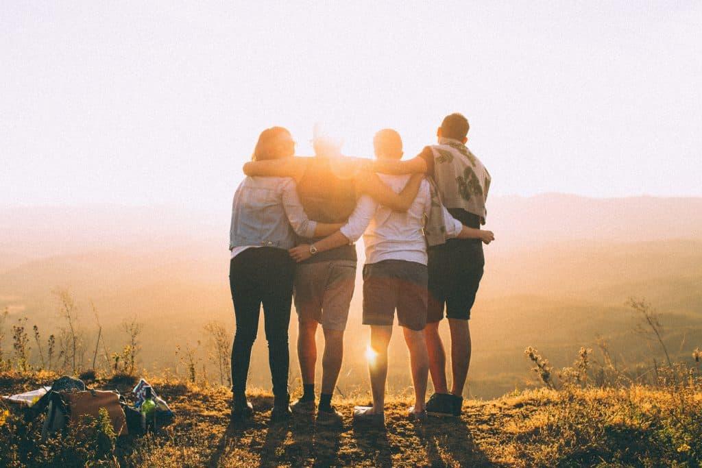 amigos de espaldas abrazandose