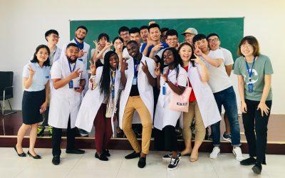 medicos juntos con ambos blancos posando para foto en voluntariado hospitalario
