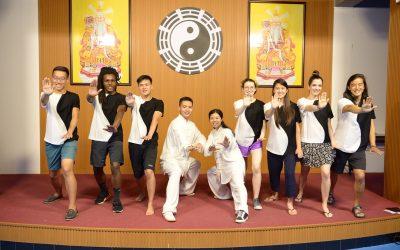 personas practicando karate sobre tarima