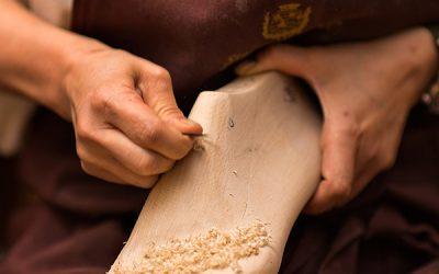 persona trabajando en molde de zapato