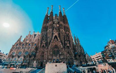 catedral sagrada familia de Dalí de frente