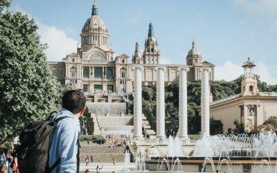 hombre con mochila de espaldas mirando al castillo de Montjuic en Barcelona