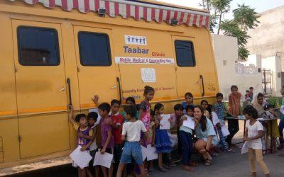 niños afuera de clinica movil