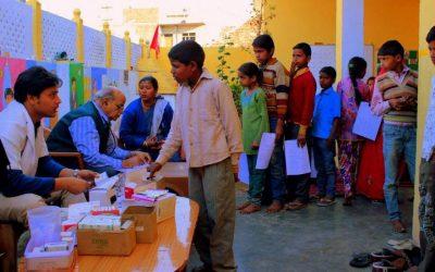 voluntariado en clinicia movil niños haciuendo fila para atenderse con medico
