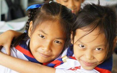 dos niás abrazandose con uniforme. TESOL en tailandia