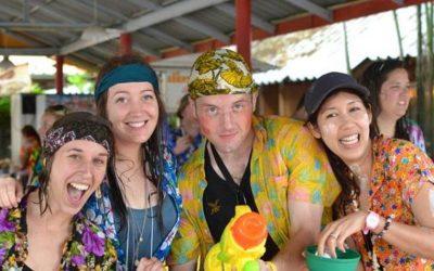 3 mujeres y un hombre disfrazados con telas brillantes