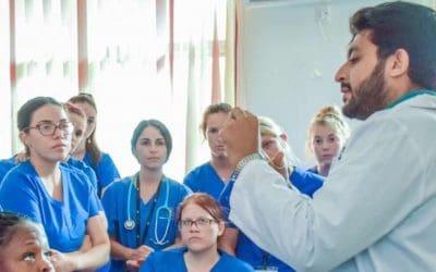 médico explicando a estuantes de medicina