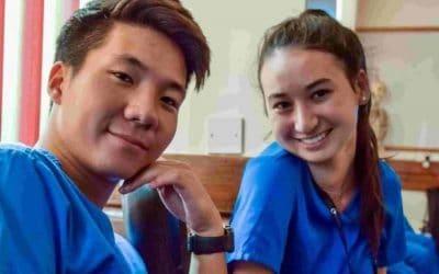 hombre y mujers sonriente con ambo de médicos