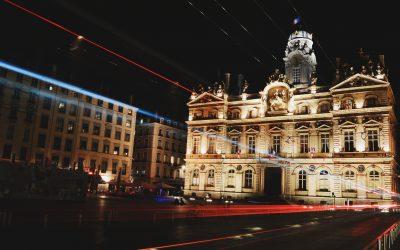 edificio histórico de noche, iluminado y cona fombra roja en la entrada