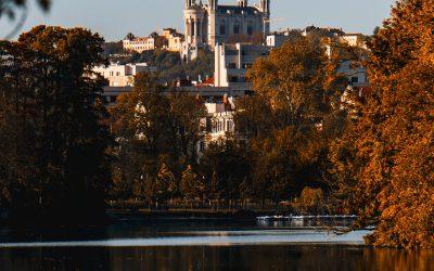 Lyon, reflejo de edifico antiguo sobre el rio y arboles en otoño. Aprender Francés