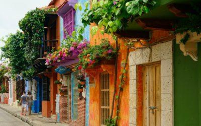 casas de colores y con vegetacion en colombia. construcción de la paz