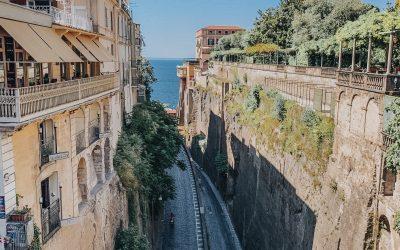 ciudad de sorrento en italia calle entre dos montañas, campus virtual