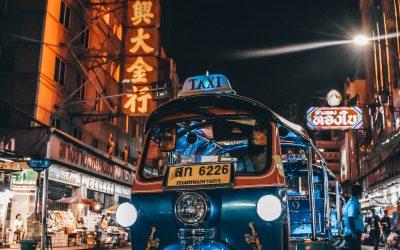 tuc tuc en tailandia de noche, estacionado en la calle