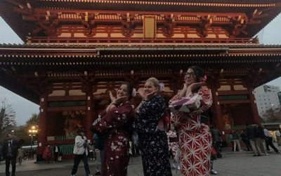 mujeres posando con kimonos frente a edificio con estilo japones , en tokio. pasantías