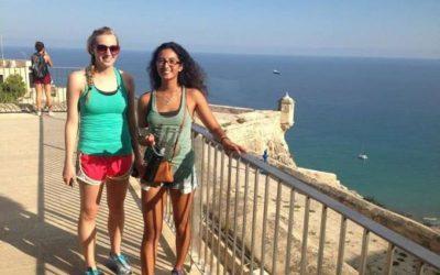 dos mujeres posando apoyadas sobre baranda en las costa de alicante
