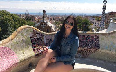 mujer sentada en banco de venecitas en barcelona