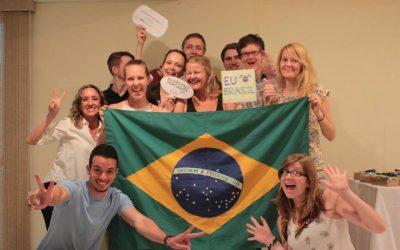 grupo de jovenes posando con bandera de brasil carteles divertidos. prácticas profesionales en brasil