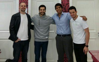 cuatro hombres parados abrazandose vestidos de trabajo