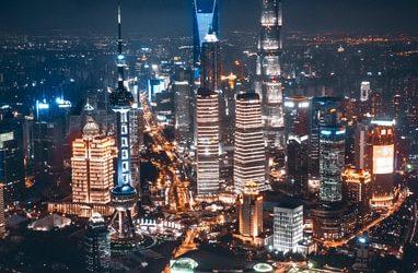 ciudad de shamghai iluminada por la noche