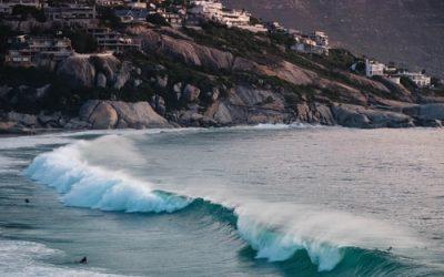 olas rompiendose en la playa de ciudad del cabo