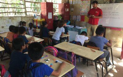 maestro dando clases a alumnos en escuela