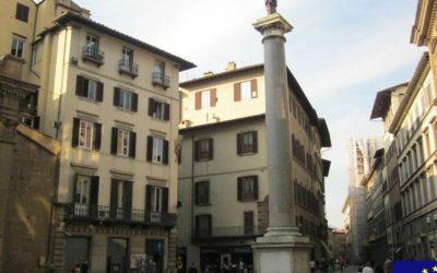 plaza en italia con monumento en el medio