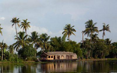 casa de cañas flotando en el agua con palmeras detras