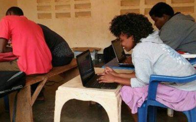 dos personas trabajando en sus computadoras portatiles sentados en silla. prácticas en micro emprendimientos