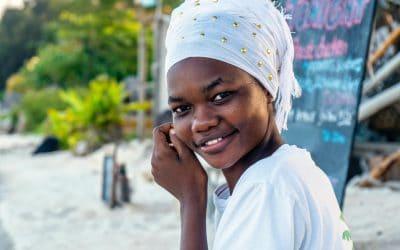mujere sonriendo con pañuelo blanco en la cabeza y vestido blanco