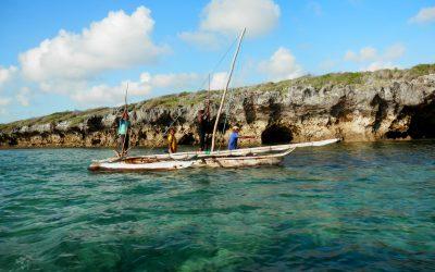 agua turques y bote navegando en tanzania
