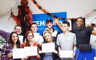 jovenes estudiantes sosteniendo su certificado tefl