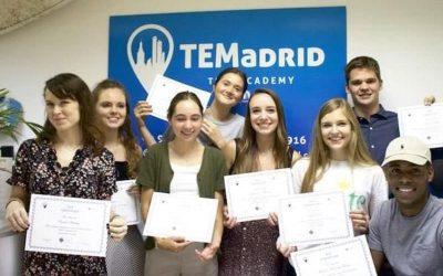 estudiantes sonriendo con su certifiado tefl