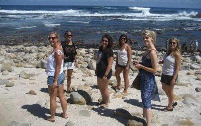 mujeres en la playa sonriendo