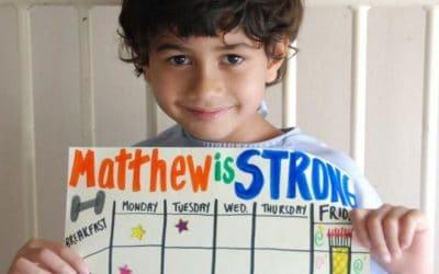 niño sosteniendo hoja con calendario decorado con colores. ciudad del cabo
