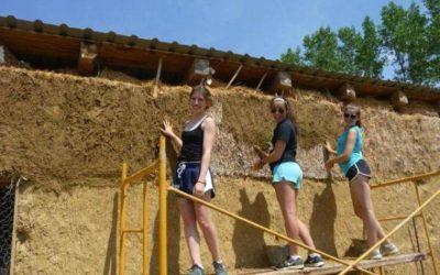 tres mujeres adolescentes trabajando en construcción