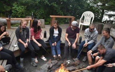 jovenes amigos alrededor de fogata