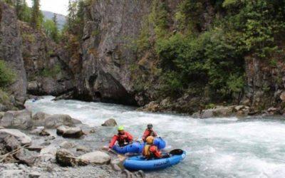 personas subiendose a gomon para navegar por rio en alaska