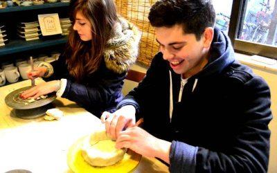 dos jovenes trabajando con arcilla