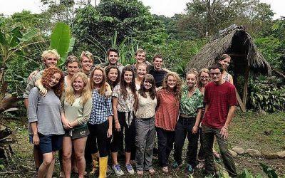 grupo de jovenes jutnos sonriendo en la naturaleza. perú y ecuador