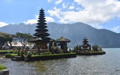 rio y templo asiatico de fonfo con montaña detras