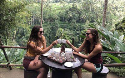dos mujeres brindando con cafe con vegetacion de fondo en bali