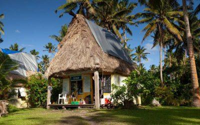 casa blanca con techo de paja en medio de la selva
