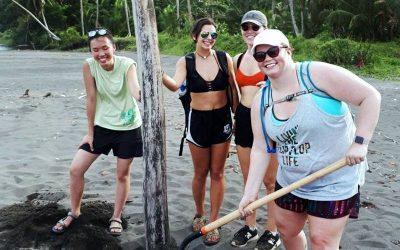 cuatro mujeres en costa rica riendo