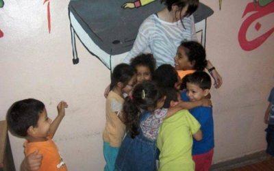 mujer con niños abrazandola. niños con discapacidad