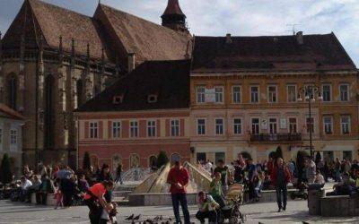 ciudad de brasov palomas y personas caminando en la plaza