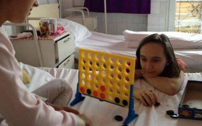 mujer jugando con paciente de hospital 4 en línea