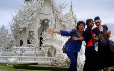tres mujeres frente a templo budista blanco